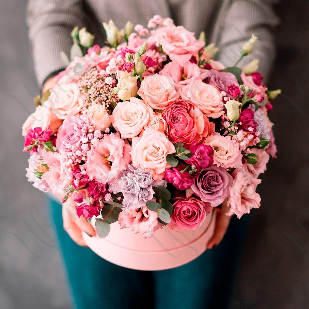 Роскошная шляпная коробка из ассорти роз и эустомы