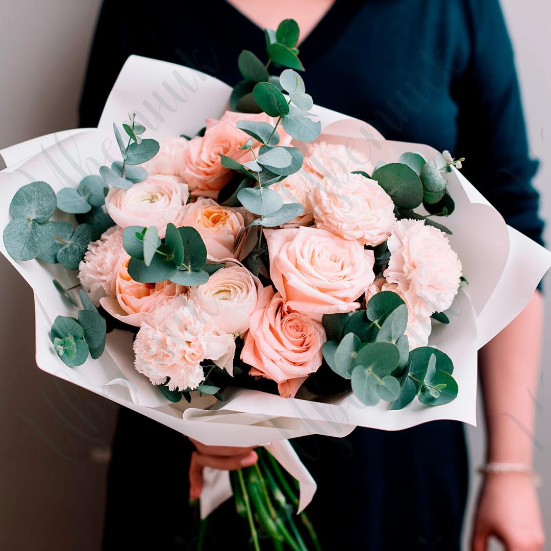 Шикарный букет из садовых роз и гвоздик с эвкалиптом