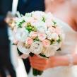 Букет невесты из кустовых роз и эустомы