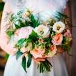 Раскидистый букет из микса роз, эустомы и зелени