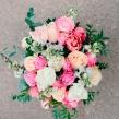 Букет из розовых и кремовых роз с тюльпанами и антирринумами