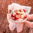 Букет из разных сортов кустовой розы в современной упаковке