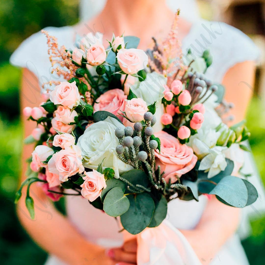 Воздушный букет невесты из кустовых и крупных роз