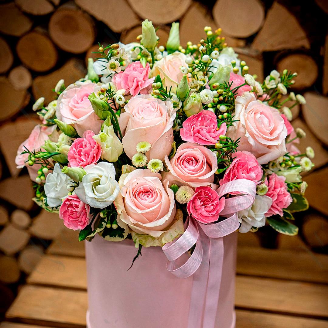 Композиция в шляпной коробке из микса розовых роз
