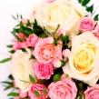 Букет из одноголовых и кустовых роз с зеленью
