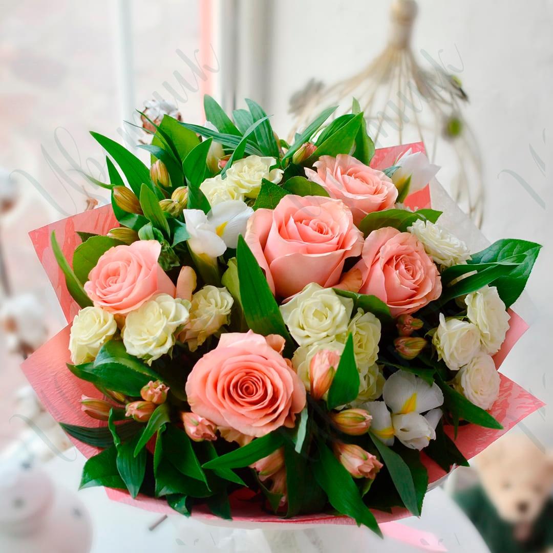 Букет из микса кустовых и одноголовых роз и альстромерии