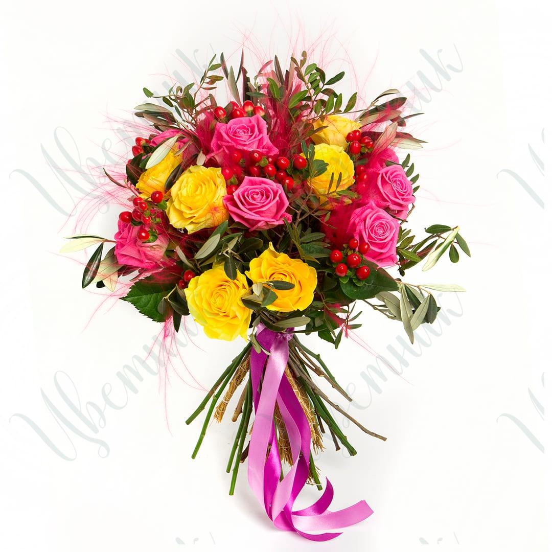 Яркий букет из микса роз с ковылем