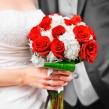 Букет невесты из микса красных роз и гортензии