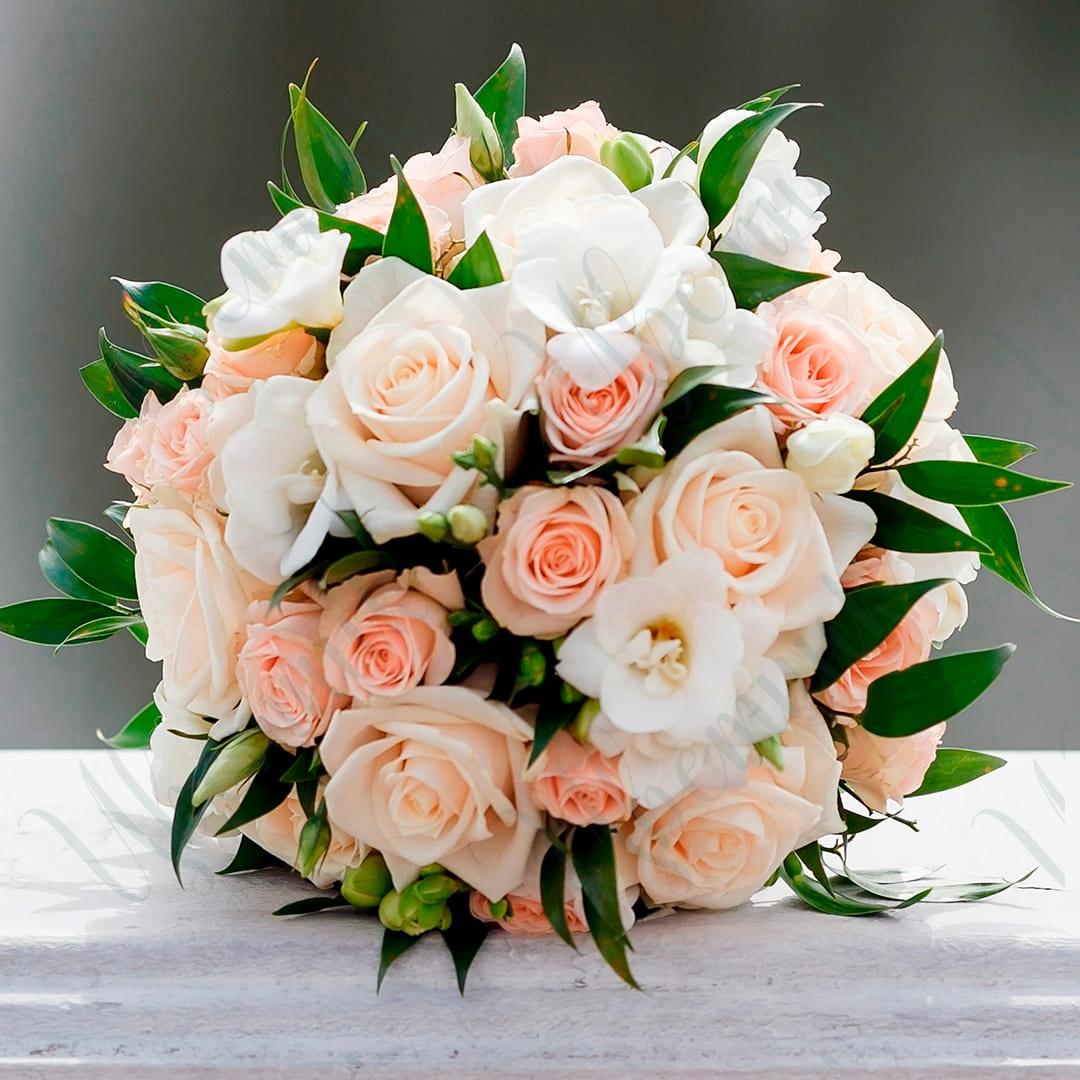 Букет невесты из микса розовых роз и зелени